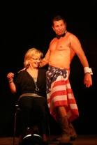 Die Besucherin Monika Pegrin stieg  kongenial in die Bühnenschow mit Fifi Pissecker ein