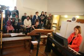 Die Festmesse wurde vom Chor der Pfarre unter der Leitung von Tanja Haselhofer (rechts), Klavier, gestaltet, Kathrin Schauer (im Vordergrund) begleitete mit der Querflöte