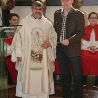 Pfarrer Johannes Schörgmayer gratulierte dem neuen Kommunionspender, Ing. Josef Jilch, und übergab das Dekret
