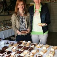 Martina Dürauer und Theresia Figl-Fischelmaier (von links) boten Torten und Kaffee an
