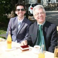 Andreas Kos und Hans Engelhart (von links) genossen die Agape am sonnigen Kirchenplatz
