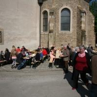 Die Agape im Sonnenschein und windgeschützt an der Ostseite der Pfarrkirche wurde gerne angenommen