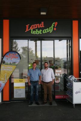 Thomas und Christian Bauer (von links) vor ihrem Nahversorgungsbetrieb