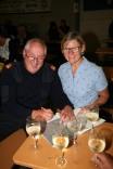 Ehrenkommandant Hans Bauer (mit Gattin Maria) und Hans Heigl verkauften die Lose für die Tombola