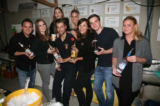 Georg Kerschner bereitete mit seinem Team köstliche Cocktails, von links: Gregor Haas, Silvia und Eva Sallmutter, Georg Kerschner, Lisa Fux, Lisa Payer, Clemens Hammer und Alexandra Hager