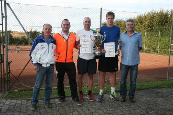 Siegerfoto der Clubmeisterschaft den UTC Sparkasse Perschling mit Karl Eigner, Obmann Jürgen Stuphann, Clubsieger Martin Jetschko, Finalist Matthias Rödl und Ehrenobmann Franz Peter Nussbaumer (von links)