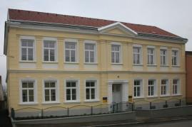 Die alte Volksschule wurde komplett renoviert und Wohneinheiten gebildet