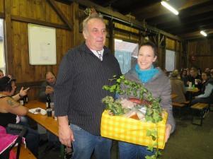Beim gemütlichen Abschluss im Veranstaltungszentrum gratulierte Obmann Josef Dürauer seiner Nichte Jasmin Dürauer zum Sieg im Schätzbewerb und übergab den Preis