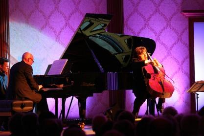 Das Duo Friedrich Kleinhapl (Klavier) und Andreas Woyke (Cello) brachten virtuos konzertanten Tango, bei dem südamerikanisches Temperament sich mit europäischen Tiefgang mischte.