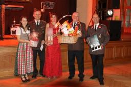 Der Tombolahauptpreis ging an Maria Wiebogen (Bildmitte). Bernadette Puxbaum als Glücksengerl und Alfred Stuphann (links) führten die Tombola durch, Kdt. Willi Eigner (rechts) übergab mit Anton Puxbaum den Preis.