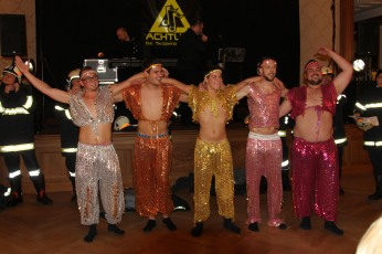 """Fünf männliche """"Go-go-Girls"""" sorgten für einen fulminanten Abschluss der Tanzeinlage von Mitgliedern der FF Thalheim"""
