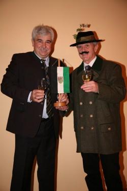 Die Perschlinger Gemeindefahne wechselt von Bürgermeister Reinhard Breitner zu Gilden-Bürgermeister Peter Grundböck