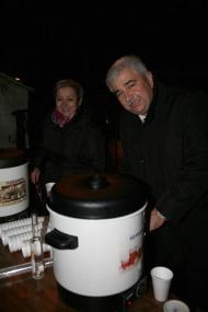 Bgm. Reinhard Breitner sorgte mit Resi Markgraf für warme Getränke