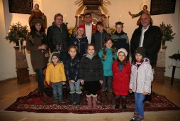 Pfarrer Josef Balteanu (Mitte) feierte die Seelenmesse, die vom Kinderchor (vorne) und Magdalena Schildberger und Gabi Erber (hinten 1. und 2. von links) gestaltet wurde; rechts hinten: Obmann Heribert Scheikl