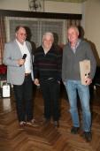 """Obmann Heribert Scheikl (links) bedankte sich bei Max Erber (Mitte) und Johann Honeder für die Renovierung des """"Leiden Christi Kreuzes"""""""