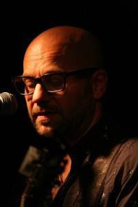 "Ernst ""Ernzo"" Gottschmann (Akustik- und E-Gitarre, Hulusi, Gesang)"