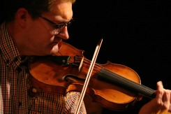 "Christian ""Eidl"" Eidlhuber (Geige, Akustikgitarre, Gesang)"