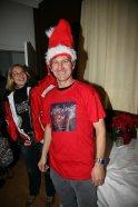 """Walter Kahri trug nicht nur das T-Shirt, das ihm Joni Madden im Vorjahr geschenkt hatte, sondern auch eine """"lebende"""" Weihnachtsmütze, die von Barbara Bollenberger bewundert wurde."""