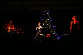Andy Cutic, Joni Madden und Kate Cutic (von links) auf der weihnachtlichen Bühne des Black Ox