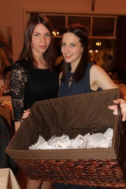 Carina Pokorny und Jasmin Dürauer (von links) verkauften erfolgreich Tombolalose