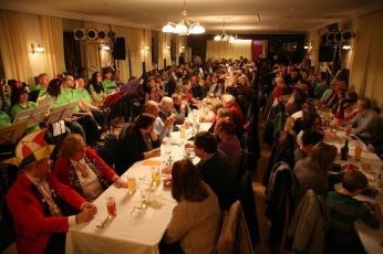 """Der Saal des Gasthauses """"Zum schwarzen Ochsen"""" war bereits lange vor Programmbeginn voll besetzt"""