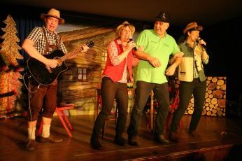 Die Dorftratschgstanzler mit Bürgermeister Breitner, Christoph Dauda, Elisabeth Koch, Reinhard Breitner und Irmgard Pötschner (von links)