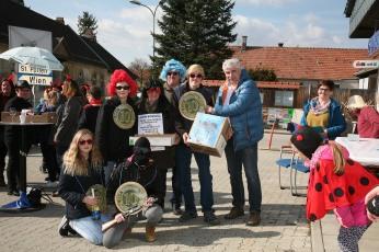 Bürgermeister Reinhard Breitner übergab den ersten Preis für die originellste Maskierung an die Faschingsgilde Wasserstadt.
