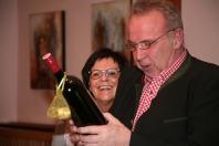 """Josef Dürauer (mit Gattin Marlene) freute sich über das """"Abschiedsgeschenk"""" der Ortsgmeinschaft"""