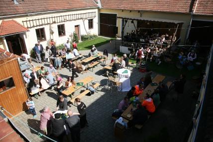 """Der Geburstagsfrühschoppen fand bei frühlingshaftem Schönwetter im idyllischen Innenhof des Gasthauses """"Zum schwarzen Ochsen"""" statt."""
