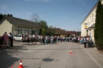 Die Dorfstraße vor dem Gasthaus mutierte kurzfristig zum Slalomhang, zahlreiche Zuschauer erwarteten im Zielraum den einzigen Starter, Walter Kahri