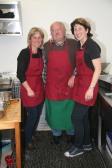Irmgard Pötschner, Erich Cevela und Elisabeth Koch (von links) in der Küche