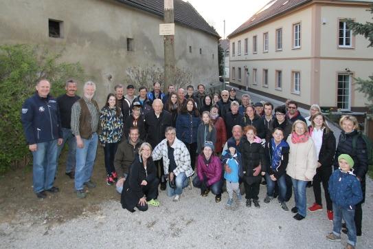 """Schon Tradition ist, dass alle Perschlinger zur Maibaumfeier eingeladen sind. Vor der """"Alten Mühle"""" (rechts) versammeln sich die Anwesenden unter dem Maibaum der Familie Dr. Christine Brückmüller und Dr. Franz Baumgartner (vorne knieend)."""