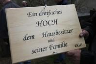 Schriftführerstellvertreter Gottfried Nussbaumer erstellte mit Hilfe der Schablone des früheren Obmanns Josef Dürauer die Tafel und montierte sie am Maibaum.
