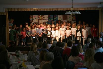 Mit einem gemeinsamen Lied beendeten die Kinder der Volksschule Perschling und der Musikschule das zweistündige Programm.