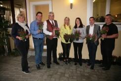 Zum Abschied erhielten alle Mütter ein Blumenstöckchen, das von Susanne Wieser, Vizebgm. Franz Erber, Bgm. Reinhard Breitner, Jutta Nentwich, Sylvia Diendorfer, Daniel Weis und Erich Golembiowski (von links) übergeben wurde.