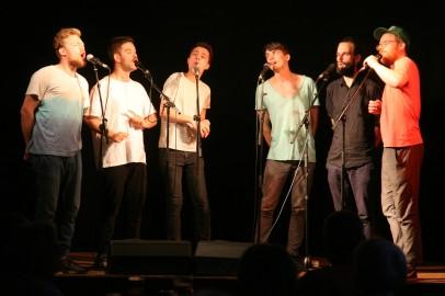 """Von links: Simon Gansberger (Tenor 1), Simon Scharinger (Tenor 1), Stephan Wohlmuth (Tenor 2), Joachim Rigler (Bass 1, Herzogenburg), Robert Pockfuß (Bass 1) und Bernhard Höchtel (Chorleiter und Bass 2) in """"Action"""""""