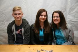 Florian Wurlitzer, Nadine Öllerer und Anna Kraic (von links) verkauften die Eintrittsschleifen.