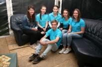 Christine Linauer, Jasmin und Sophie Dürauer, Jacqueline Katzensteiner und Lisa Eichinger (von links) und Markus Schwarz (vorne) warten in der VIP-Lounge auf die Gäste.