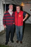 Ortsgemeinschaftsobmann Franz Riegl (links) mit Franz Peter Nussbaumer überzeugte sich vom ordungsgemäßen Geschehen im Veranstaltungszentrum