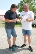 Lois Dorner (links) vom LC Kapelln unterstützte gemeinsam mit Gemeindearbeiter Adolf Öllerer die Laufbewerbe