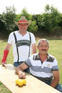 Alois Siedl (stehend) und Gottfried Nussbaumer betreuten den Schlagballbewerb
