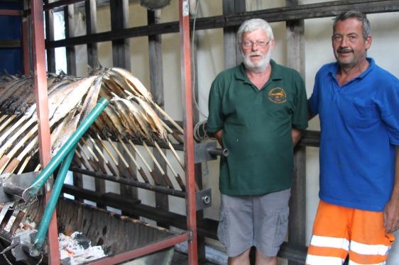 Anton Eigner und Gottfried Nussbaumer (von links) bereiteten köstlichen Steckerlfisch, der nach Kurzem ausverkauft war.
