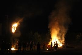 Unter den wachsamen Augen der FF Perschling, die mit ihrem Tanklöschfahrzeug bereit standen, wurde ein kleines Brauchtumsfeuer abgebrannt.