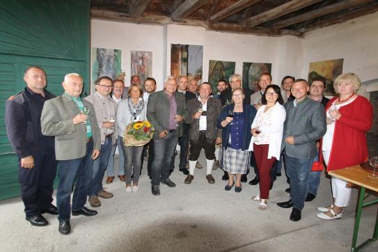 Gruppenfoto nach der Vernissage (Künstler, Gemeindevertretung und prominente Gäste)
