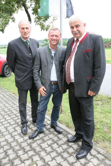 Bgm. Anton Priesching, NRAbg. Johann Höfinger und Bgm. Reinhard Breitner (von links) vor dem Künstlerkeller