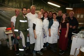 Zahlreiche freiwillige Helfer - wie hier in der Grillhütte - machten das Dreitagesfest erst möglich