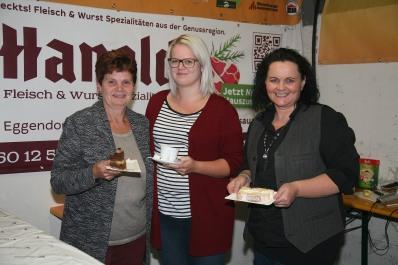 Hermine und Stefanie Figl-Fischelmaier und Ilse Harold (von links) boten in der süßen Bar Kaffee, Toren und Kuchen an