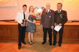 """Jakob Kaiblinger, """"Glücksengerl"""" Sigrid Maron, Hauptgewinner Reinhard Stuphann und Alfred Stuphann (von links) bei der Tombola."""