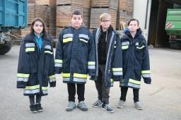Die Feuerwehrjugend von Perschling nahm beobachtend an der Übung teil, von links: Renate und Stefan Hörhager, Daniel Tscherny und Mavin Nemec
