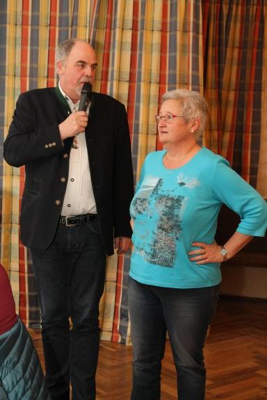 Obmann Heribert Scheikl bedankt sich bei Brigitte Schicklgruber für die umfassende Pflege der Blumenrabatte